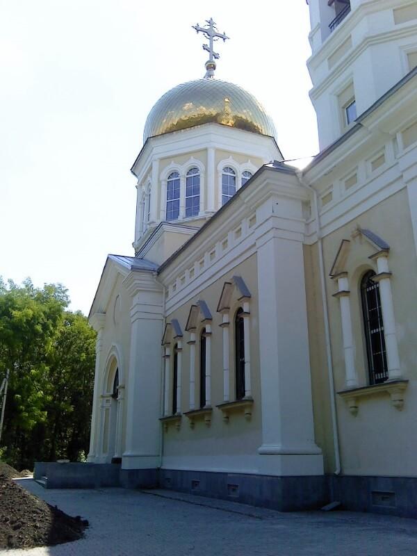 вид с фасада храма в Петровке