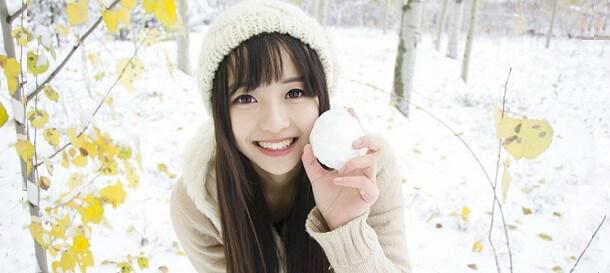 Японка играет в снежки